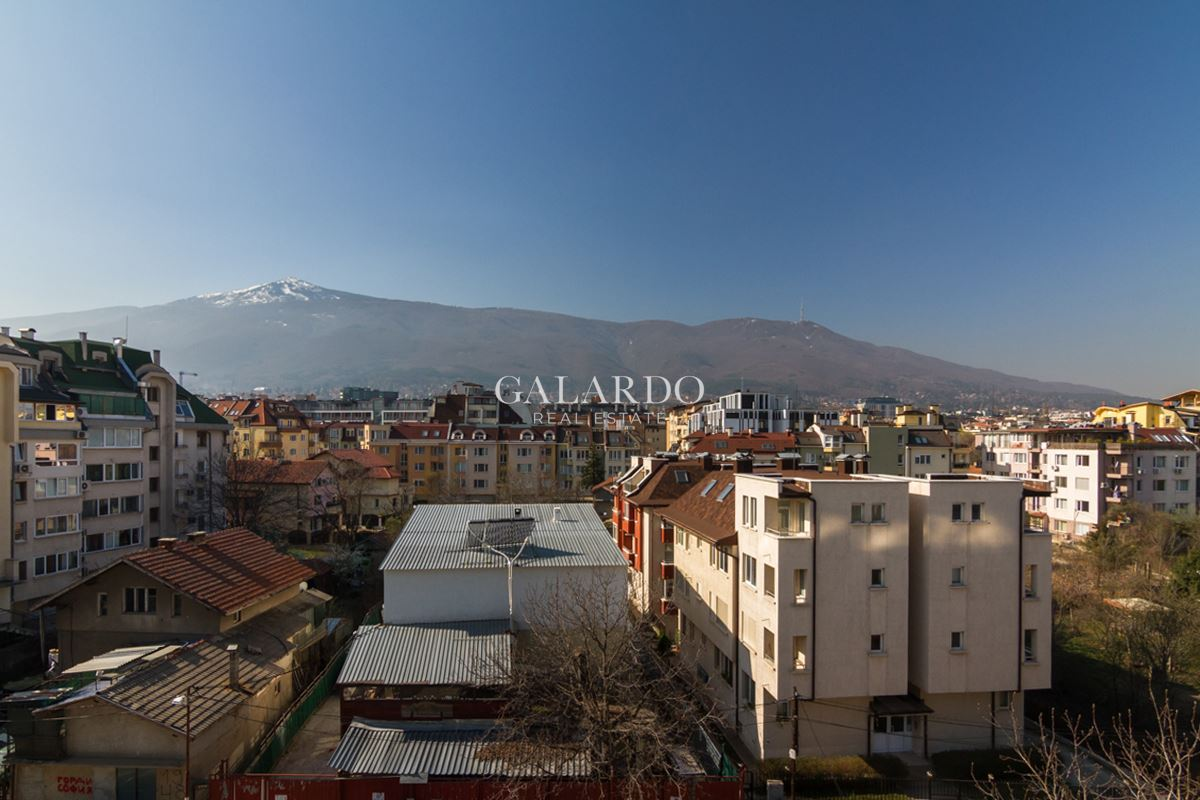 Penthouse three-bedroom apartment in a wonderful view in a boutique building
