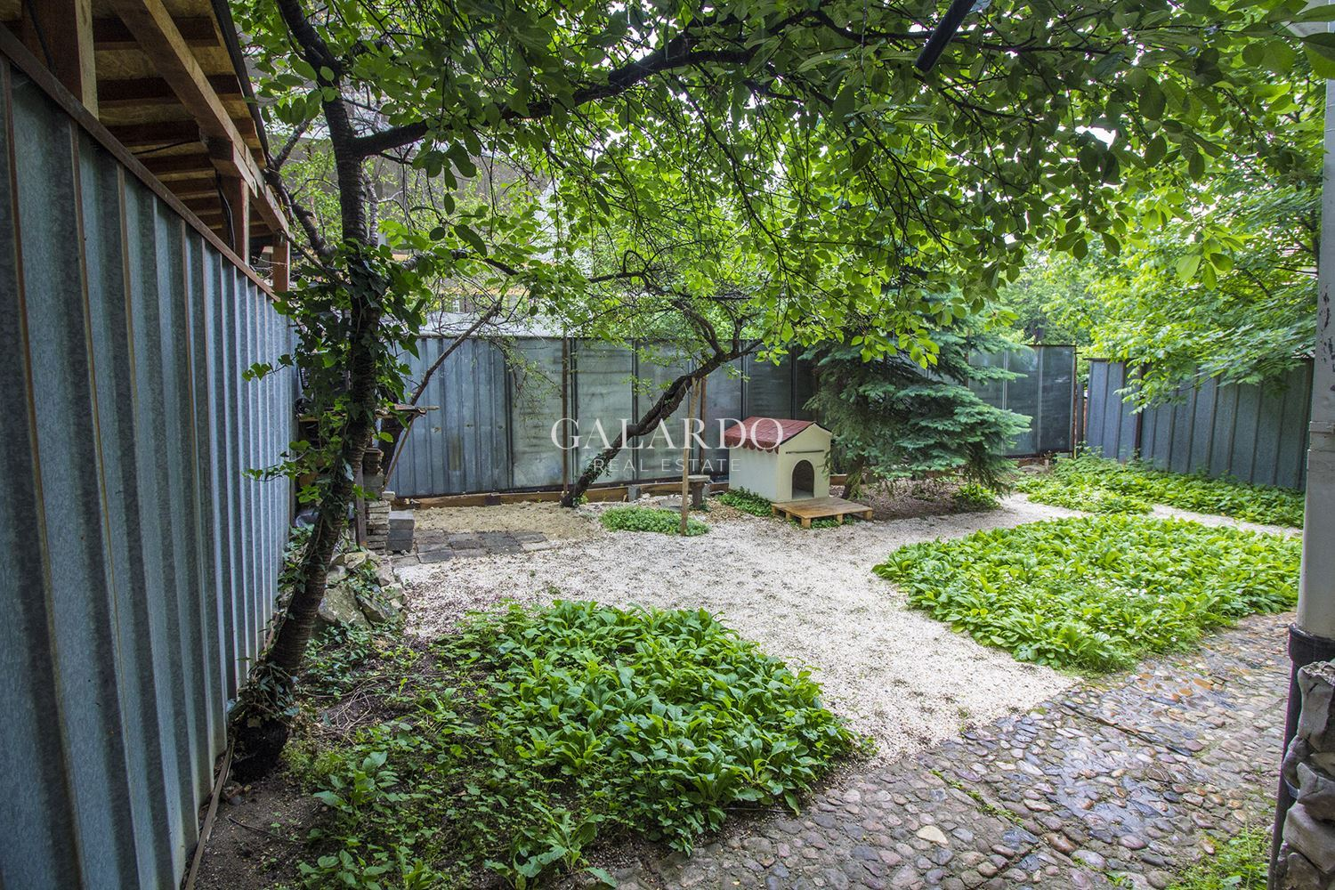 Floor of a house with a small yard in Iztok