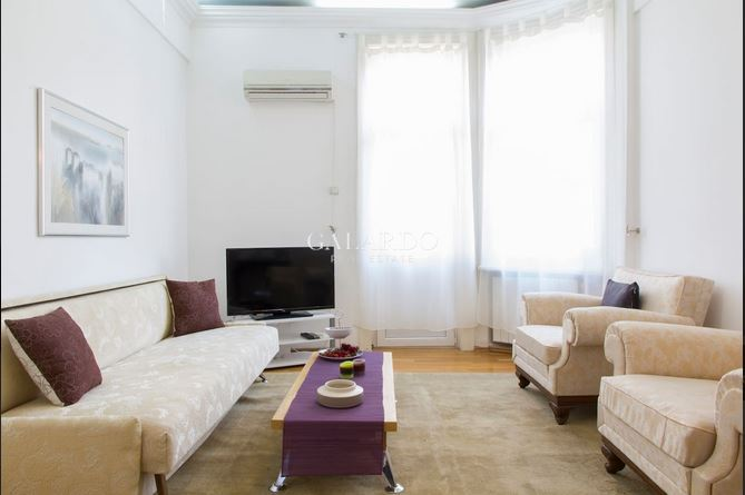 Aristocratic one-bedroom apartment for rent in an iconic building on Moskovska Str.