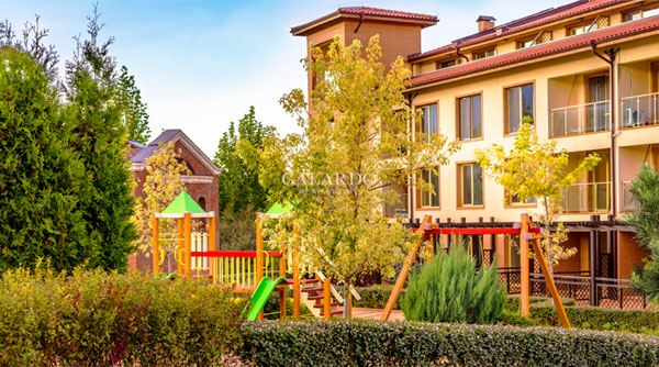 Apartment with adjoining yard in a gated complex